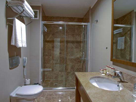 Grand Nur Plaza Hotel and Conf Centre: Bathroom