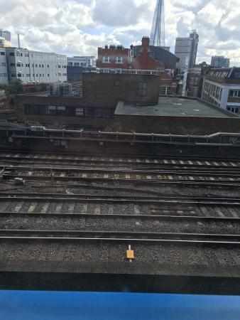 Travelodge London Central Southwark: Train line running outside window