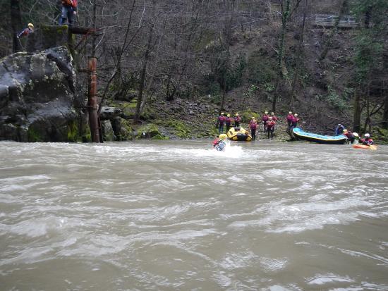Tuffi in sicurezza e divertimento a rafting nel fiume lima - Rafting bagni di lucca ...
