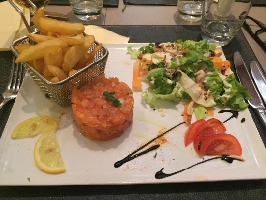 A table! Chez Marie: Tartare de saumon