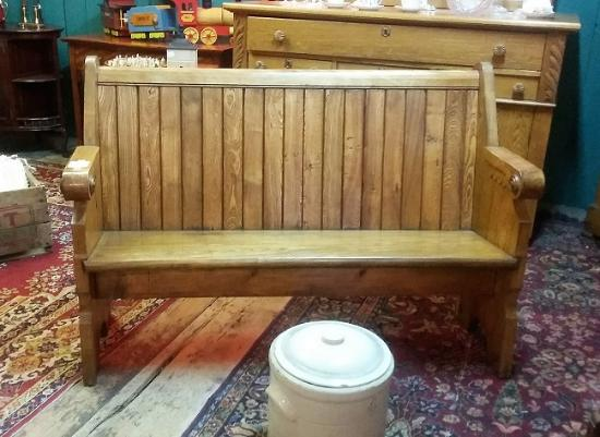 Innisfil, Kanada: antique church pew