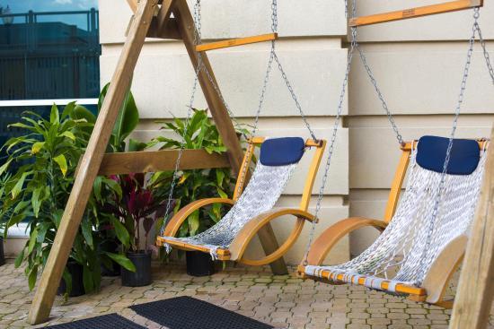 Plim Plaza Hotel: Relax poolside