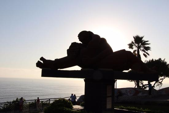 "El Farolito Hotel: The famous ""Kissing Statue"" at Mira Flores Beach"