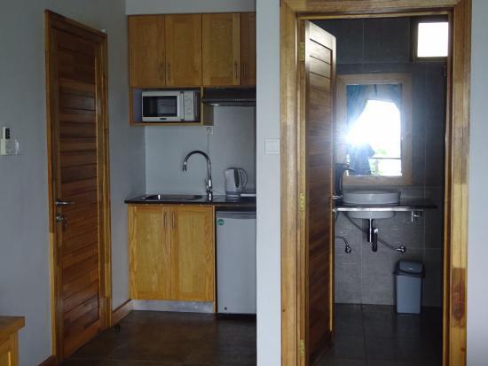 Residence Ticoco: Kitchenette et entrée de la salle de bains