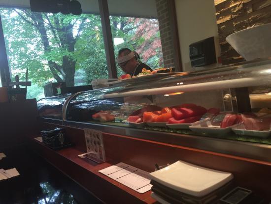 Ariake Sushi: Sushi bar was open even though there was a wait for tables