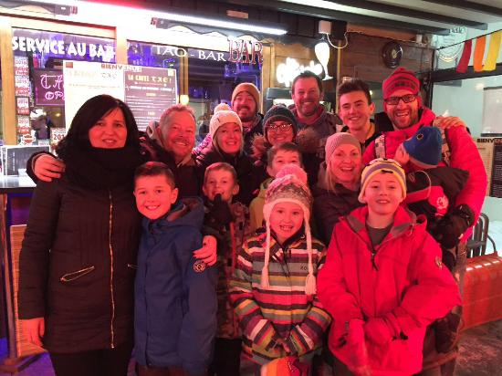 Villarodin-Bourget, Frankrig: Our large group made very welcome for apres ski!!