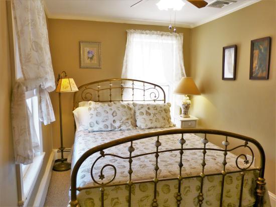 Villa Park House: Seashells and Brass Bed - Room 8, Third Floor, Queen Bed