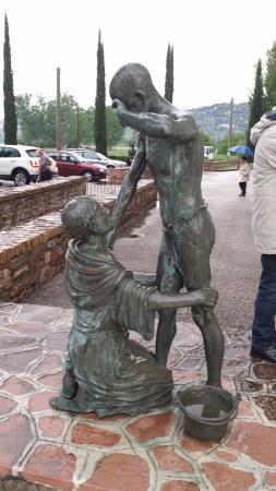 Santuario di Rivotorto: Statua in bronzo all'esterno del santuario