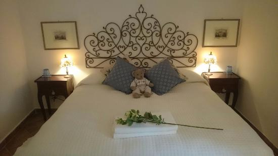 La camera da letto al nostro arrivo: bellissima! - Foto di B&B Le 5 ...