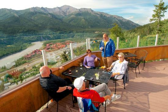 Alpenglow Restaurant- Grande Denali Lodge: Alpenglow Restaurant outdoor dining!