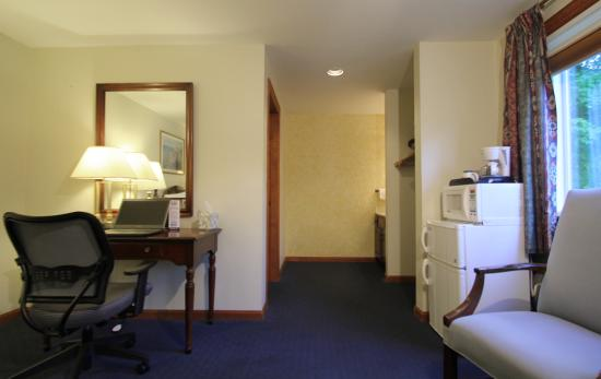 Jack Daniels Motor Inn : Room amenities include desk, fridge, microwave, coffee
