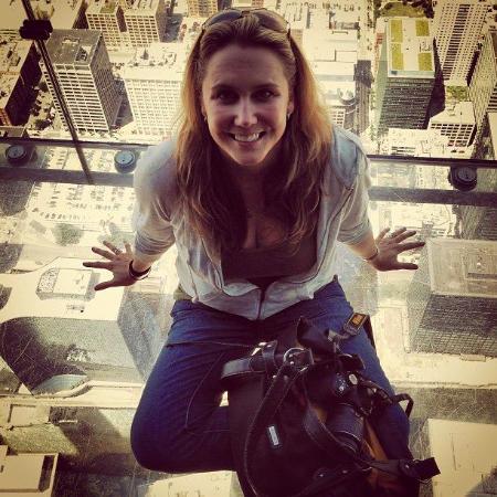 West Chester, Pensilvania: Me sitting in the glass box protruding from the Willis Tower in Chicago!