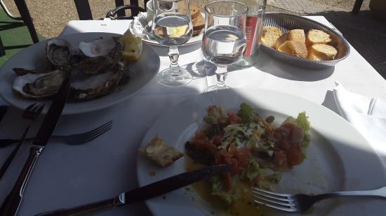 Le Bistrot du Port: Huître et salade saumon oeuf poché excellent
