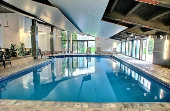 Chalets-Village Mont-Sainte-Anne : Accès à une grande piscine intérieure.