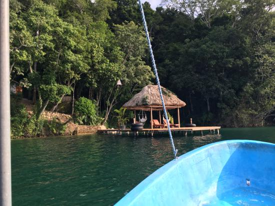 La Lancha Lodge: Arriving from Flores by boat