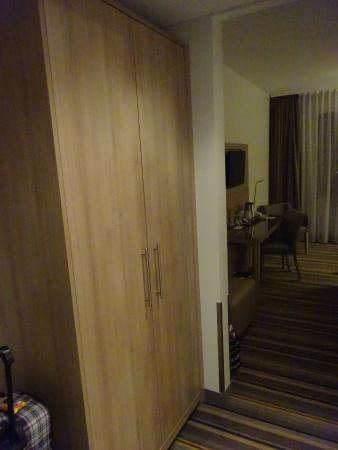 Flur Mit Kleiderschrank Und Safe Bild Von Leonardo Hotel Munich