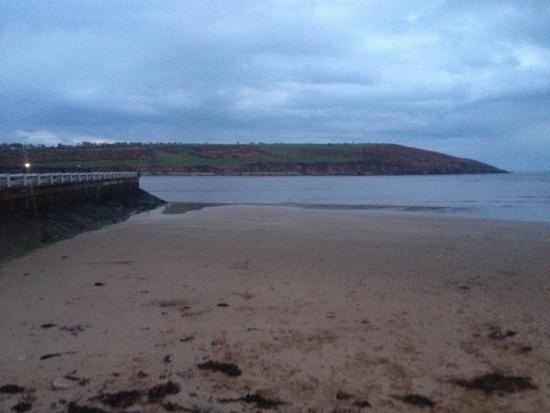 Youghal, ไอร์แลนด์: The walkway and beach across the street.