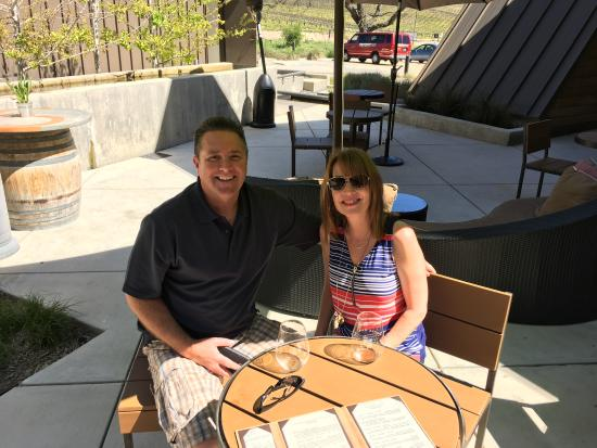 Paso Robles, Kaliforniya: Happy Couple enjoying Shale Oak Winery