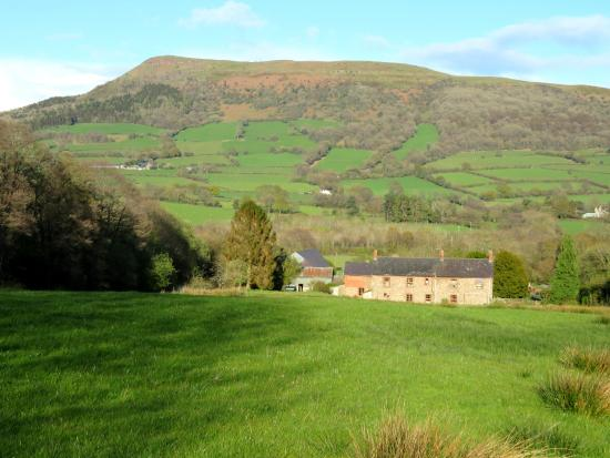 Pantygelli, UK: Lovely Welsh countryside as seen from the front of The Crown (27/Apr/16).