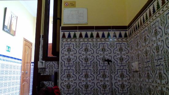 Hostal Florida: Detalle de la pared de la habitación, hermosamente decorado con azulejos