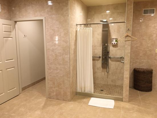 Fairport, NY: Shower and Rest Room