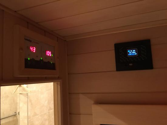 Fairport, นิวยอร์ก: Inside Sauna Temperature Controls and Radio