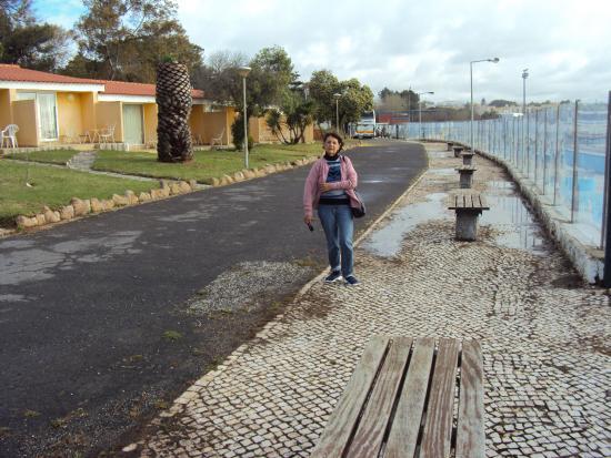 Oeiras, Portugal: Area externa entre Hotel e a Rua.