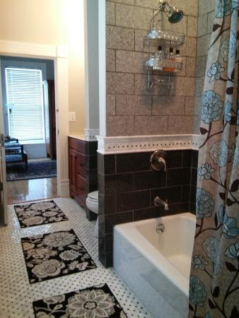 Paducah, KY: Guest Room 056 Ensuite Bath w 2 Bedrooms & 3 Queen Beds