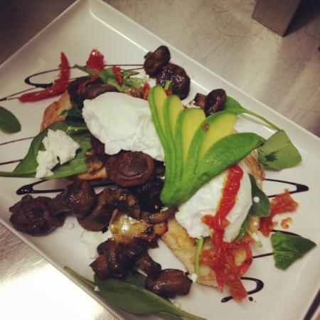 Anna Bay, Australië: Breakfast pesto mushrooms with poached eggs