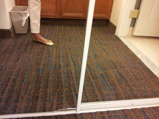 Residence Inn Arlington Rosslyn : CRACKED MIRROR CLOSET