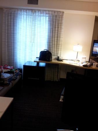Residence Inn Arlington Rosslyn : DESK IN FRONT OF WINDOW