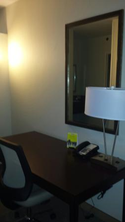 Rosemont, IL: Desk area, note power plugs in lamp, check to make sure you've really got a charge
