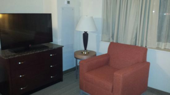 Rosemont, IL: Chair & TV next to desk