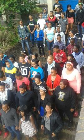 Greyton, Sudáfrica: A youth group singing on the entrance steps