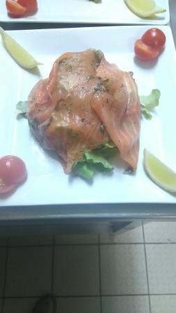 Cenac-et-Saint-Julien, Fransa: gravelax de saumon sur lit de salade au vinaigre de framboises