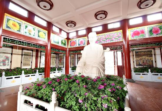 Luoyang International Peony Garden: 歐陽修漢白玉雕像,就是他說洛陽牡丹天下第一。