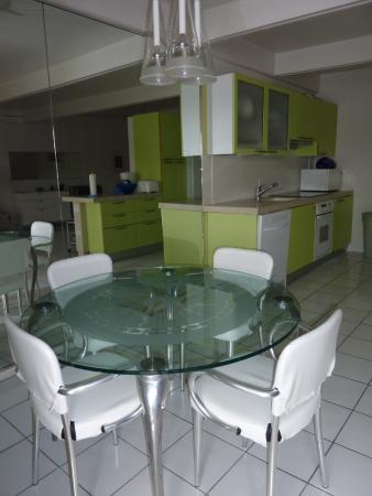 Benner, เซนต์ โทมัส: dining table and kitchen at beachfront suite 421