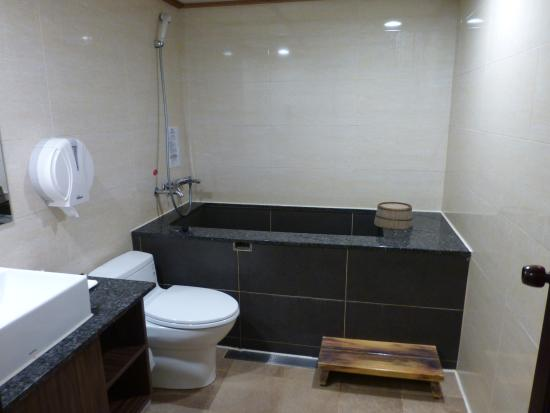 Chyuan Du Spring Resort: 温泉が引かれている浴室。浴槽は岩。