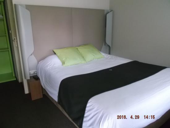 Campanile Lorient - Lanester : chambre propre et fonctionnelle, moquette un peu usée