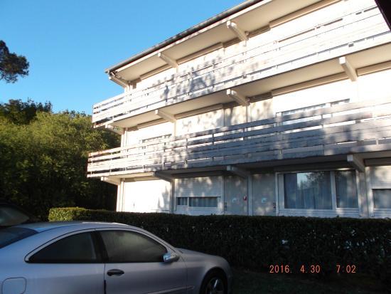 Campanile Lorient - Lanester : vue du bloc chambres : les rambardes mériteraient un coup de peinture