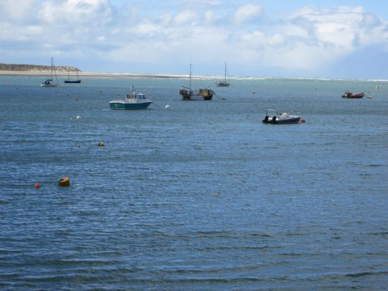 Aberdyfi (Aberdovey), UK: View from the roadside to the beach.