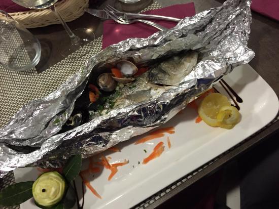 Maglie, Itália: spigola al cartoccio con frutti di mare