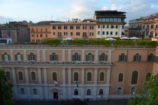 Trianon Borgo Pio Residence: Vue de la chambre du milieu (sur place Delle Vaschette)