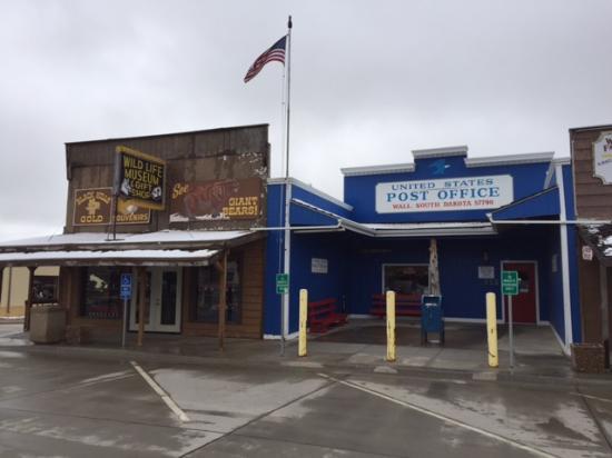 Уолл, Южная Дакота: Across the street