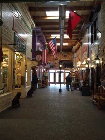 Уолл, Южная Дакота: Main concourse