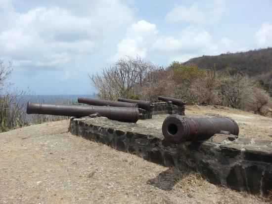 Port Elizabeth, Bequia: Fort Hamilton overlooking Caribbean