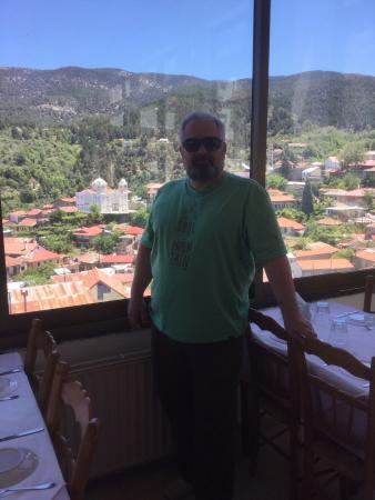 Pedoulas, Chipre: Панорамный вид из ресторана на Педулас и церковь Чесного Креста