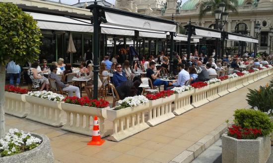 terrasse du caf de paris toujours pleine sur la place du casino picture of brasserie du cafe. Black Bedroom Furniture Sets. Home Design Ideas