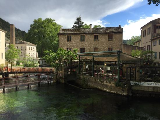 Fontaine de Vaucluse, Fransa: Vue du restaurant depuis le pont