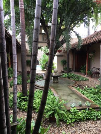 Hotel Los Robles: Beautiful courtyard-side breakfast.